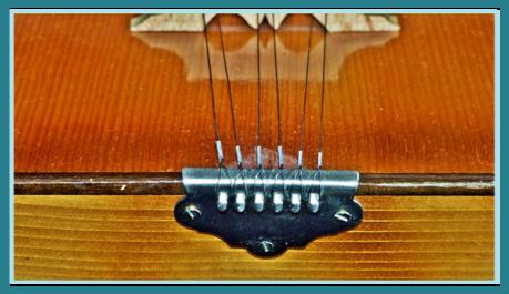 Die Balalaika besteht aus Kusow, Decke und Hals mit Griffbrett und ...